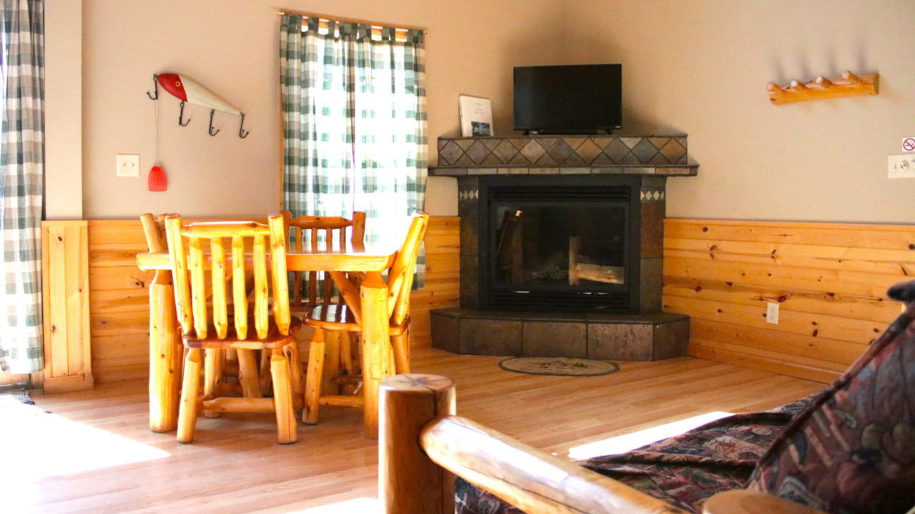 Cabin 5 living room 2019